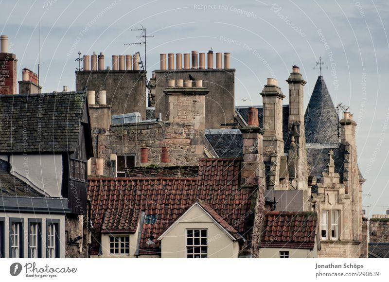 Edinburgh IV alt Stadt Haus Straße Spielen Fassade dreckig trist Dach retro viele Stadtzentrum durcheinander Schornstein Hauptstadt Altstadt