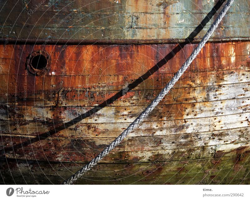 letzte Ruhe Schifffahrt Seil Bullauge Bordwand Schiffsplanken Schiffswrack alt historisch kaputt trashig trocken Trauer Tod Schmerz Senior Armut Desaster Krise