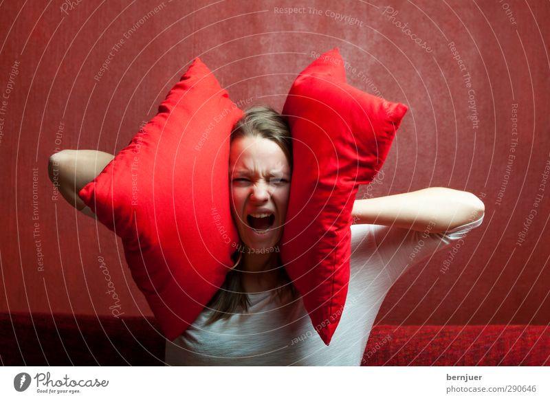 loundness Jugendliche rot ruhig Erwachsene Junge Frau feminin Gefühle 18-30 Jahre Angst T-Shirt Ohr Sofa schreien langhaarig Aggression Erschöpfung