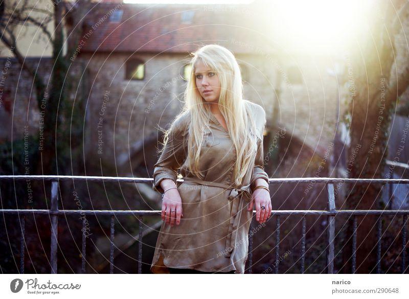 I'll wait for you feminin Junge Frau Jugendliche Erwachsene 1 Mensch 18-30 Jahre Kleinstadt Altstadt Brücke Mode Bluse Ring blond langhaarig Pony Blick stehen