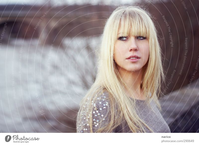 I'll go with you schön feminin Junge Frau Jugendliche Erwachsene 1 Mensch 18-30 Jahre Winter Fluss Brücke Pullover blond langhaarig Pony beobachten Denken Blick