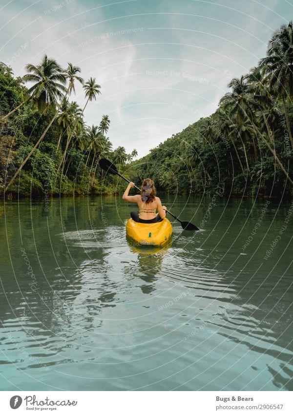Flussabwärts feminin Junge Frau Jugendliche Natur Wasser Sommer Schönes Wetter Wald Urwald Bikini rothaarig Locken Abenteuer Kajak Wasserfahrzeug Rudern Palme