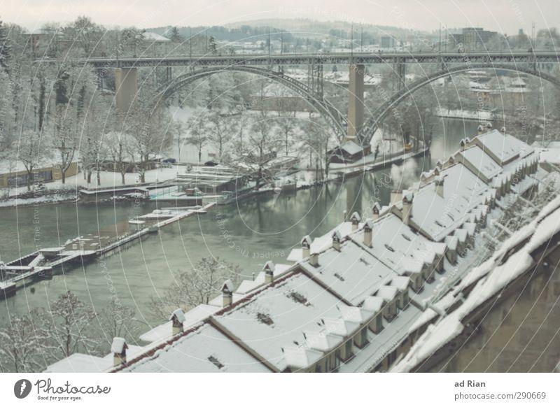 verzuckert. Landschaft Himmel Winter Eis Frost Schnee Baum Sträucher Wald Hügel Fluss Aare Bern Altstadt Skyline Menschenleer Haus Brücke Bauwerk Architektur