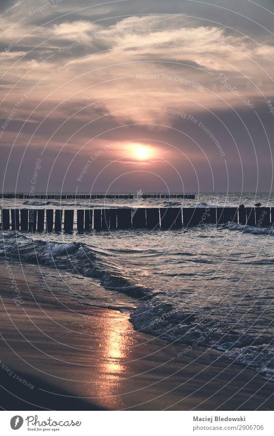 Malerischer Sonnenuntergang über dem Meer. Ferien & Urlaub & Reisen Tourismus Ferne Freiheit Sommer Sommerurlaub Strand Wellen Natur Landschaft Himmel Horizont