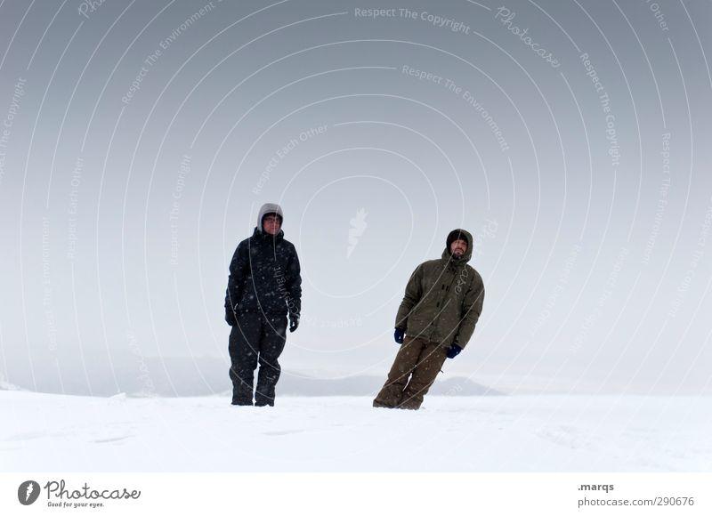 Daneben Ausflug Abenteuer Winterurlaub Mensch maskulin Freundschaft Erwachsene 2 Natur Landschaft Himmel Wolken Unwetter Schnee fallen stehen außergewöhnlich
