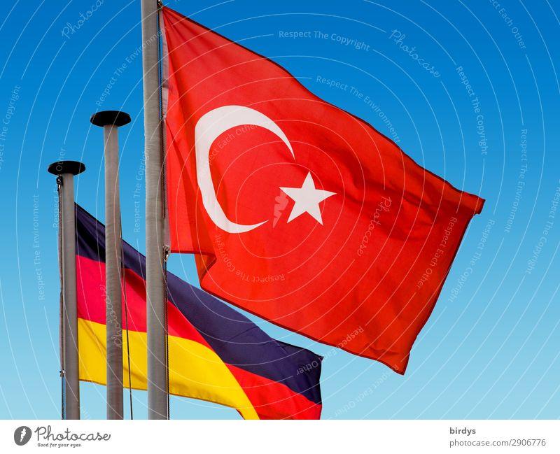 Konflikt und Konsens Wolkenloser Himmel Schönes Wetter Wind Türkei Deutschland Zeichen Fahne authentisch blau gold rot schwarz weiß selbstbewußt Macht