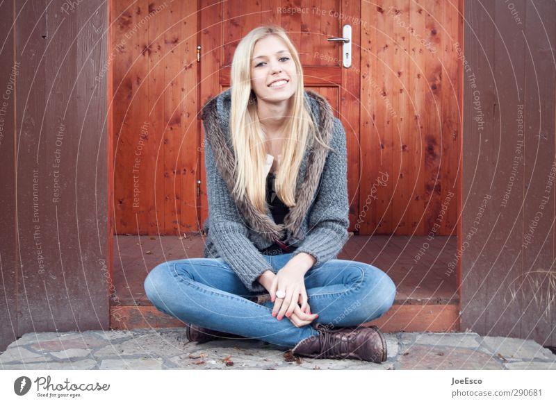 #245409 Lifestyle Freizeit & Hobby Freiheit Häusliches Leben Berufsausbildung Studium Frau Erwachsene 1 Mensch Mode Jeanshose Pullover blond beobachten Erholung