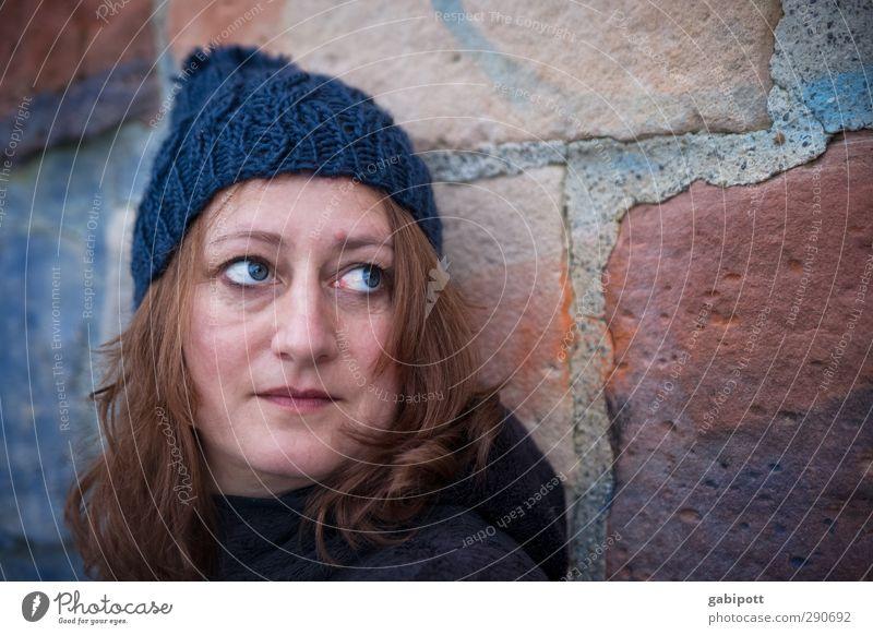 Mauer farblich abgestimmt Mensch feminin Junge Frau Jugendliche Erwachsene Leben 1 18-30 Jahre 30-45 Jahre schön blau orange rot Farbfoto Außenaufnahme