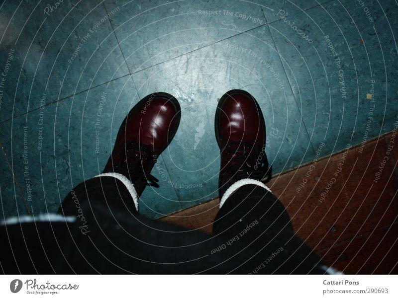 der blaue Boden blau rot schwarz dunkel feminin Holz braun Schuhe stehen Boden Stoff unten Stiefel Strümpfe Strumpfhose eckig