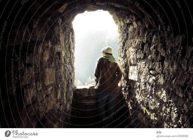 blendenöffnung Mensch maskulin Jugendliche Rücken 1 Frühling Bad Urach Burg oder Schloss Ruine Turm Mauer Wand Fenster hohenurach beobachten Blick alt dunkel