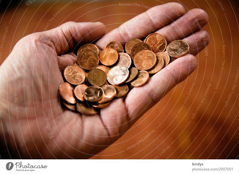 Viel Geld, wenig Wert kaufen Hand 1 Mensch Geldmünzen Cent bezahlen festhalten Armut authentisch braun rot sparsam Sorge Zukunftsangst Stress