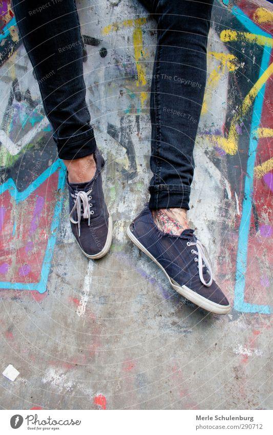 (Wand-) Tattoo Beine Fuß Graffiti Grafik u. Illustration Mann maskulin Schuhe Hose Chucks Kunst Stadt hängen Erholung warten mehrfarbig Farbe