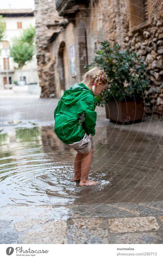 Spass Lifestyle Freude Glück Freizeit & Hobby Spielen Mensch feminin Kind 1 3-8 Jahre Kindheit Umwelt Klima Schönes Wetter Kleinstadt Mauer Wand Fußgänger Jacke