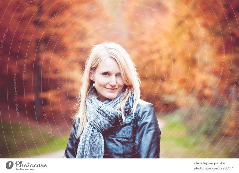 herbstlich(t) elegant Junge Frau Jugendliche Erwachsene 1 Mensch 18-30 Jahre 30-45 Jahre Herbst Wald Schal blond Lächeln schön Umwelt Herbstlaub Herbstwald