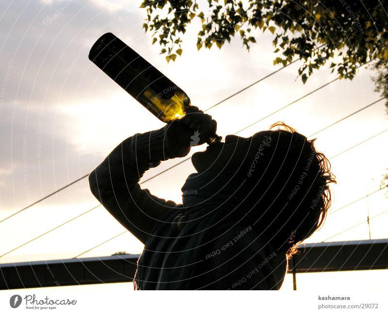 Weinsäuferin! Mensch Frau Jugendliche Erwachsene bedrohlich 18-30 Jahre trinken Junge Frau Flasche Alkoholisiert Verzweiflung Scham Laster Alkoholsucht