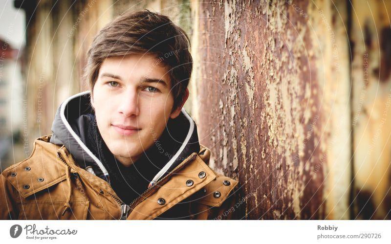 Un portrait rouillé I maskulin Junger Mann Jugendliche Kopf 1 Mensch 18-30 Jahre Erwachsene Jacke Blick stehen dreckig Freundlichkeit Stadt braun orange Rost