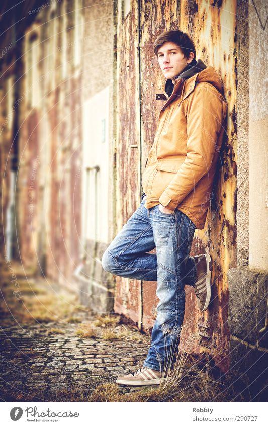 Un portrait rouillé II Mensch Jugendliche blau Stadt Erwachsene Junger Mann 18-30 Jahre Garten braun natürlich orange maskulin stehen Jeanshose Jacke Rost