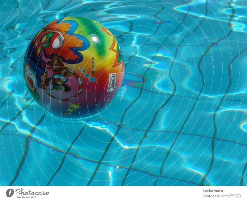 Vergessen gegangen? blau Wasser Ferien & Urlaub & Reisen Sommer Farbe Spielen Garten Wellen Freizeit & Hobby nass Schwimmbad Bad Ball Kunststoff Spielzeug