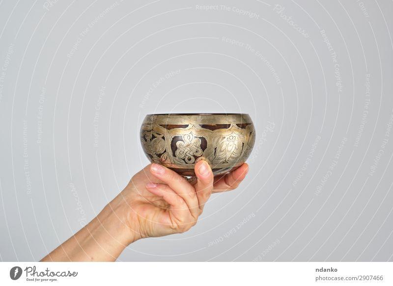 Kupferklangschale in weiblicher Hand Schalen & Schüsseln Lifestyle Alternativmedizin Erholung Meditation Musik Yoga Frau Erwachsene Metall weiß Frieden