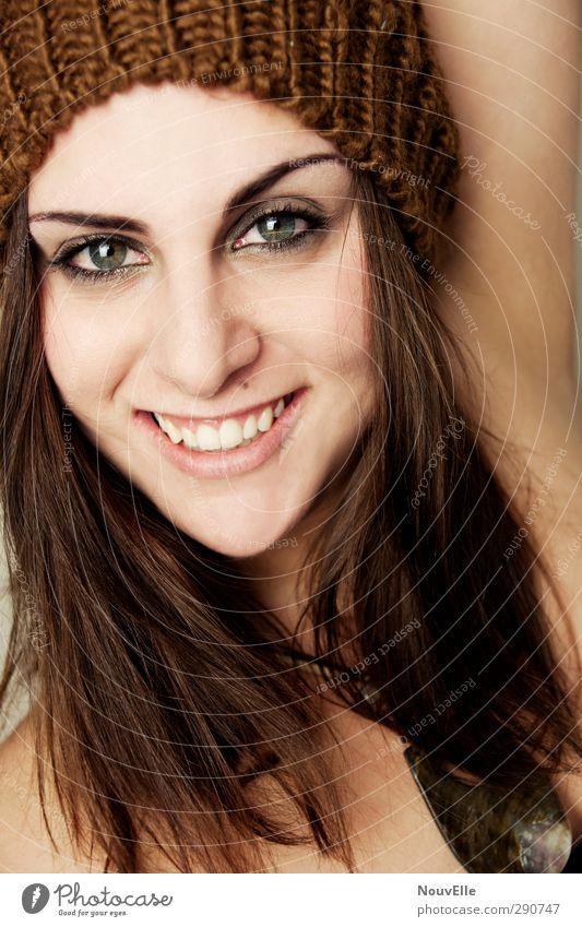 Feelin' good. schön Gesicht Kosmetik Schminke Wimperntusche Mensch Junge Frau Jugendliche Leben 1 18-30 Jahre Erwachsene Accessoire Mütze Gefühle Freude Glück