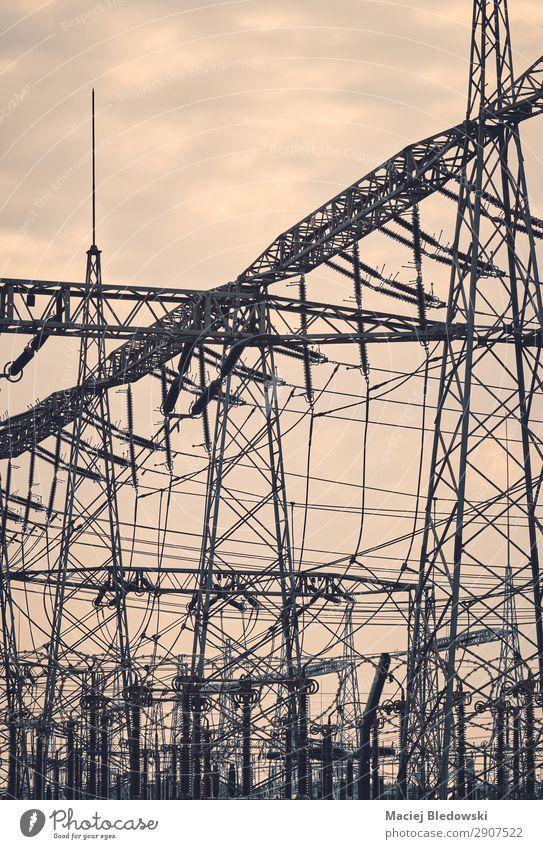 Silhouetten der Strominfrastruktur bei Sonnenuntergang. Industrie Technik & Technologie Energiewirtschaft Kohlekraftwerk Energiekrise Endzeitstimmung