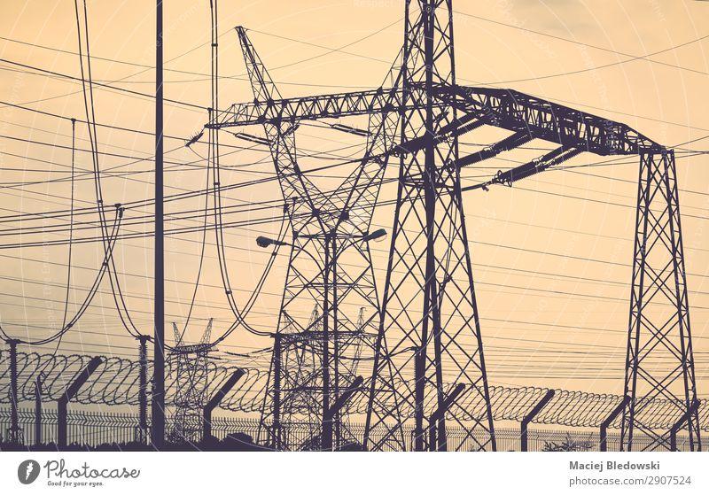 Transmissionstürme Silhouetten bei Sonnenuntergang. Industrie Energiewirtschaft Technik & Technologie Energiekrise Stahl Endzeitstimmung Umweltverschmutzung