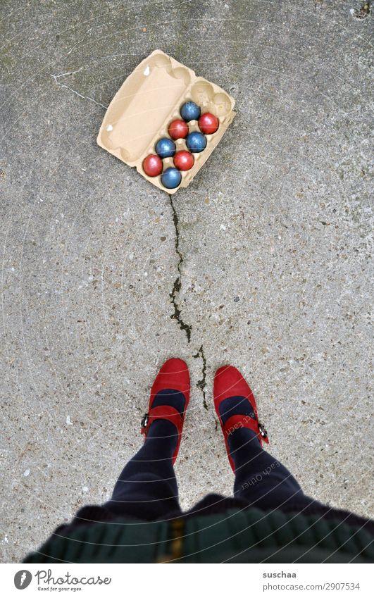 ostern mal anders (2) Ostern Feste & Feiern Tradition Brauchtum Osterei mehrfarbig rot blau Straße Asphalt Stadtleben Beine Fuß Damenschuhe weiblich Mensch Frau