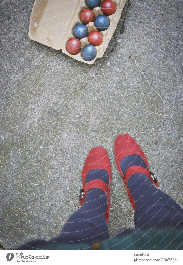 frohe ostern Ostern Feste & Feiern Osterei mehrfarbig rot blau Straße Asphalt Stadtleben Beine Fuß Damenschuhe weiblich Mensch Frau seltsam Außenaufnahme