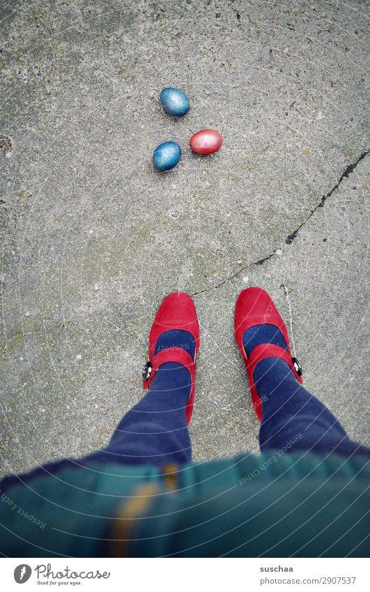 eins - zwei - drei - osterei Ostern Feste & Feiern Osterei mehrfarbig rot blau Straße Asphalt Stadtleben Beine Fuß Damenschuhe weiblich Mensch Frau seltsam