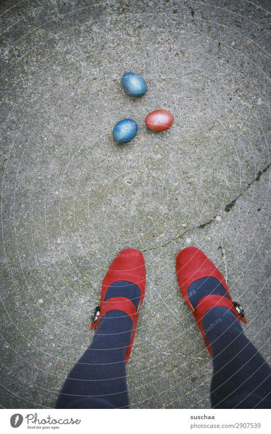 eins - zwei - drei - osterei Frau Mensch blau rot Straße Beine Feste & Feiern Fuß Stadtleben Ostern Asphalt seltsam Osterei Damenschuhe