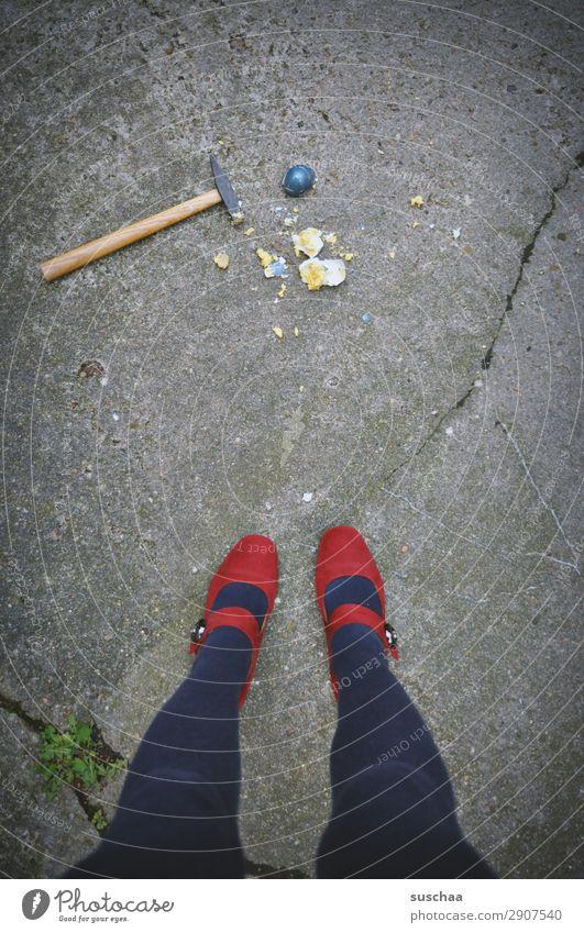 ostern is rum Frau Mensch blau rot Straße Beine Frühling Feste & Feiern Fuß Stadtleben gehen stehen kaputt Ostern Tradition Asphalt