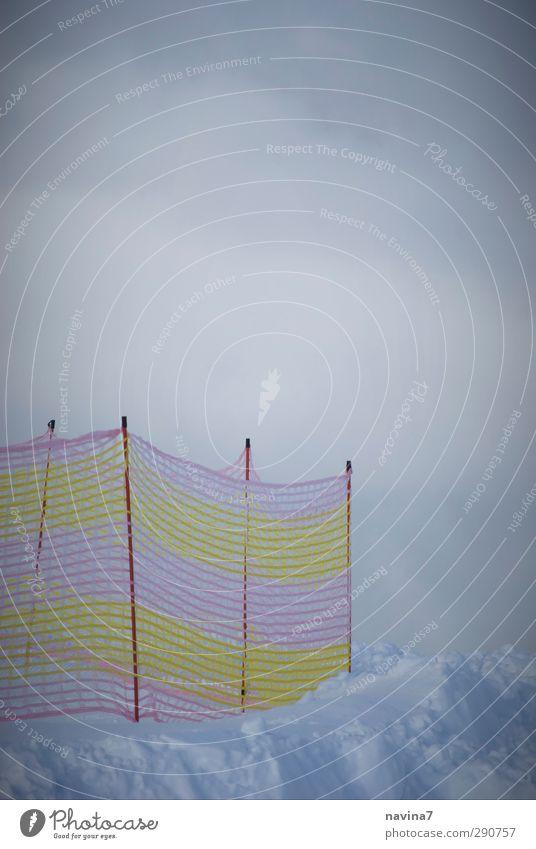 pistenzaun Winter Schnee Winterurlaub Skipiste Nebel Schneefall gelb rosa kalt Risiko Begrenzung Zaun Farbfoto Außenaufnahme Menschenleer Textfreiraum oben Tag