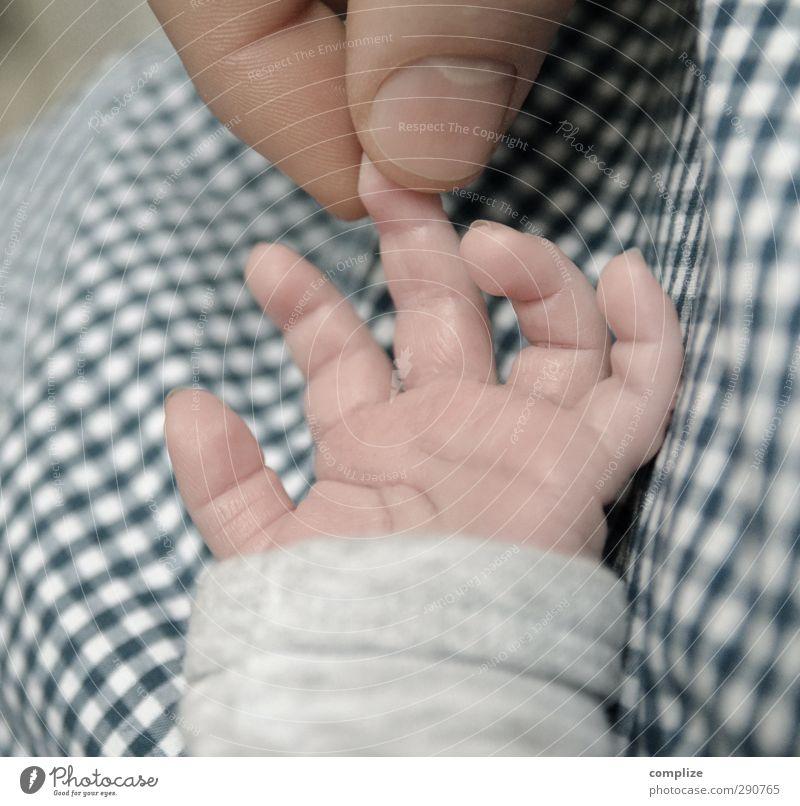 little Kind Erwachsene klein Baby Kommunizieren Finger beobachten Mutter Zeichen festhalten Schutz Bettwäsche Kleinkind Vater Kindergarten Eltern