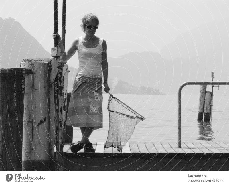 wo bleibt der Fisch? Mensch Jugendliche Wasser weiß Sommer schwarz feminin See warten Schweiz Rock Steg Anlegestelle Sonnenbrille Angeln geduldig