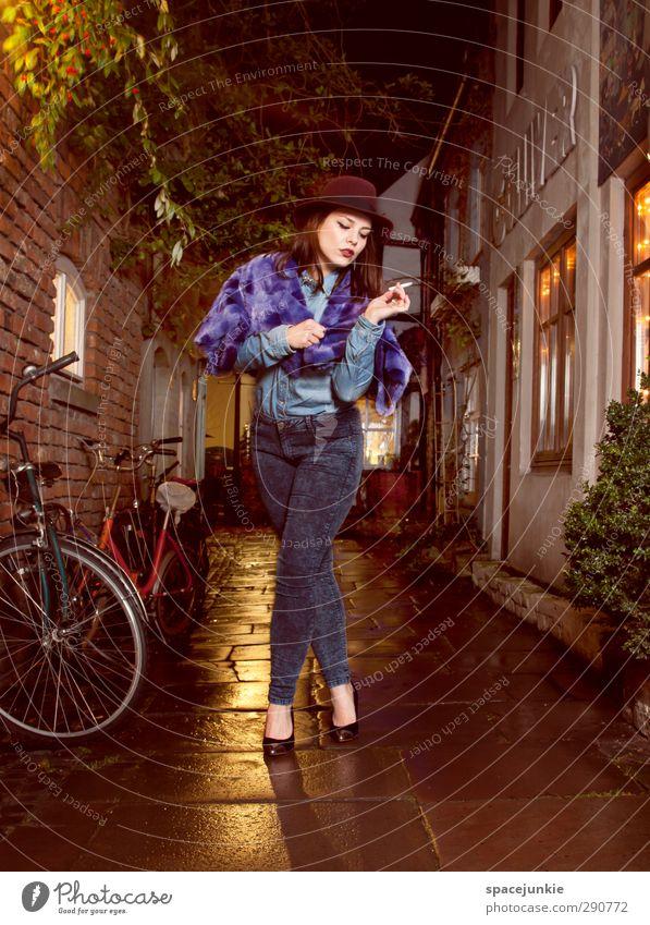 Im Schnoor Mensch Frau Jugendliche blau Stadt Junge Frau Haus 18-30 Jahre Erwachsene Erotik feminin Architektur Gebäude Mode braun Schuhe