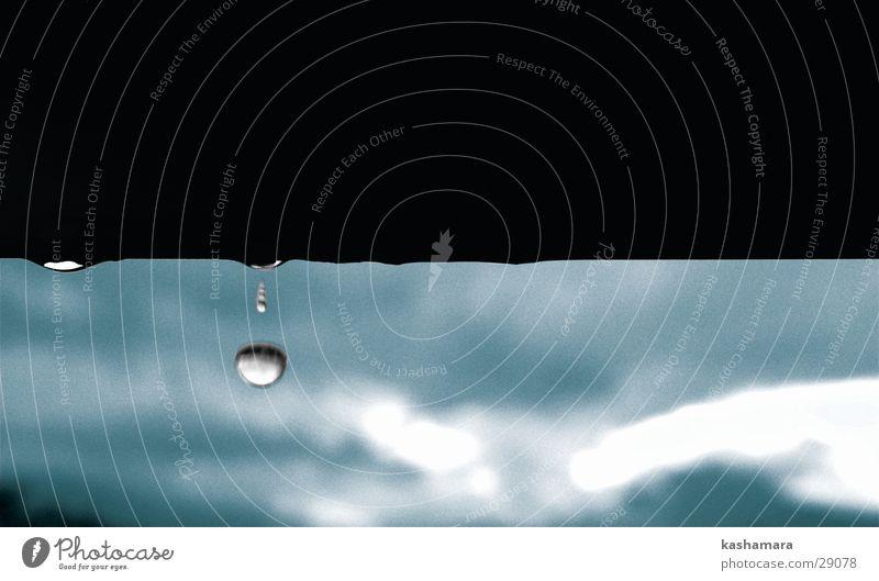 Regen, Regen-Tröpfchen... Wasser Wassertropfen Wolken Gewitterwolken Wetter schlechtes Wetter Sturm nass blau weiß Makroaufnahme Unschärfe Bewegungsunschärfe