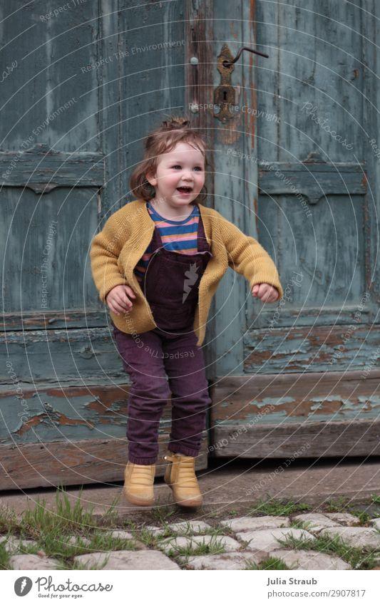 Mädchen Tor hüpfen Spaß Mensch schön Freude feminin Bewegung Glück Spielen springen Tür Kindheit Fröhlichkeit Lebensfreude violett Altstadt türkis