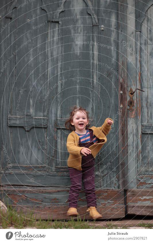 Tor Mädchen hüpfen Mensch Freude gelb feminin Bewegung lachen klein wild springen frei Tür Kindheit Fröhlichkeit Lebensfreude einzigartig