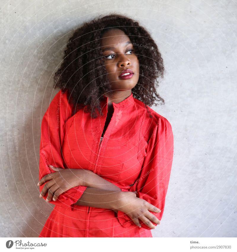 Arabella feminin Frau Erwachsene 1 Mensch Mauer Wand Kleid brünett langhaarig Locken beobachten festhalten Blick stehen schön rot selbstbewußt Willensstärke