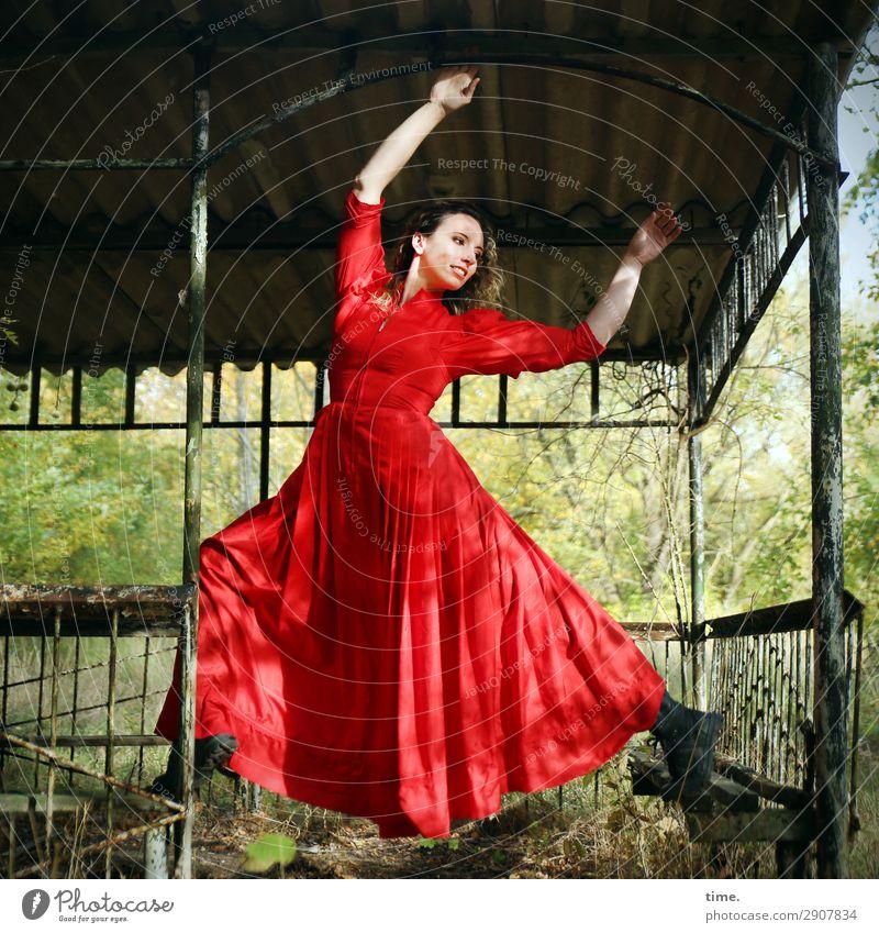 Martina tanzt Frau Mensch schön Freude Wald Erwachsene Leben feminin Bewegung Gebäude Zeit blond Kreativität Schönes Wetter Tanzen festhalten