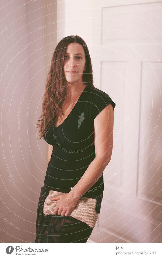 geh ma? Wohnung Raum Autotür Mensch feminin Frau Erwachsene 1 30-45 Jahre T-Shirt Haare & Frisuren brünett langhaarig Blick stehen schön Farbfoto Innenaufnahme