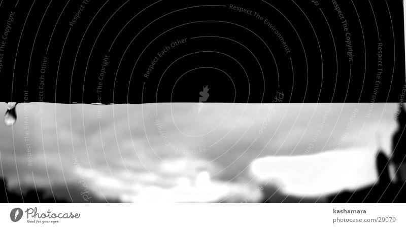 tropf, tropf, tropf Wasser weiß schwarz Wolken Regen Wetter Wassertropfen nass Schweiz Sturm schlechtes Wetter Schwarzweißfoto