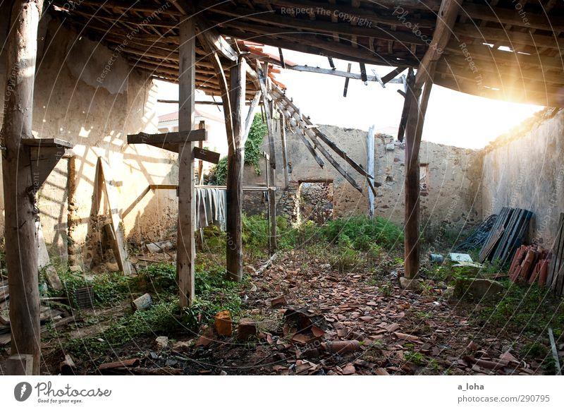 backdoor alt Wand Senior Mauer Gebäude trist kaputt Vergänglichkeit historisch verfallen Dorf Backstein Vergangenheit trashig Ruine Zerstörung