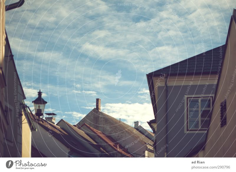 aufgeräumt. Himmel alt Stadt ruhig Wolken Haus Ferne Wand Mauer Architektur Gebäude Fassade Häusliches Leben Ordnung Perspektive Schönes Wetter