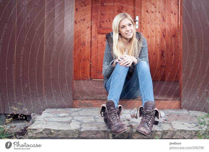 #245874 Lifestyle Freizeit & Hobby Häusliches Leben Junge Frau Jugendliche Erwachsene 1 Mensch Mode Jeanshose Stiefel blond Erholung Lächeln sitzen leuchten