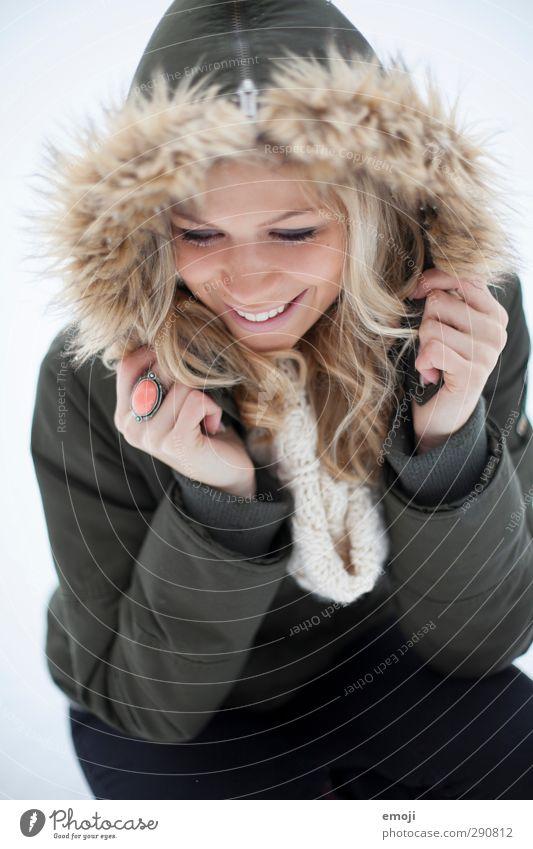 2 feminin Junge Frau Jugendliche 1 Mensch 18-30 Jahre Erwachsene Mode Jacke Fell blond trendy schön Kapuze Farbfoto Außenaufnahme Tag Schwache Tiefenschärfe