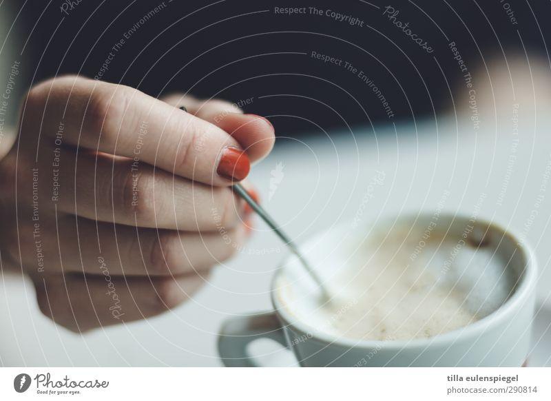 . Getränk Heißgetränk Latte Macchiato Geschirr Tasse Löffel feminin Hand Finger heiß Ernährung Kaffee Kaffeetasse Kaffeetrinken Schaum Milchkaffee Nagellack rot