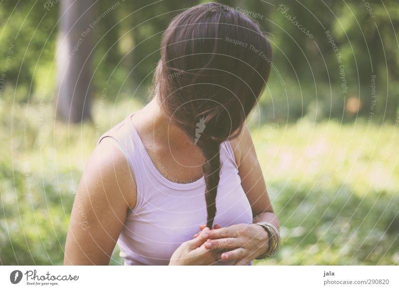 zwirbelzopf Mensch feminin Frau Erwachsene 1 30-45 Jahre Umwelt Natur Pflanze Baum Grünpflanze Wildpflanze Wald Haare & Frisuren brünett langhaarig Zopf