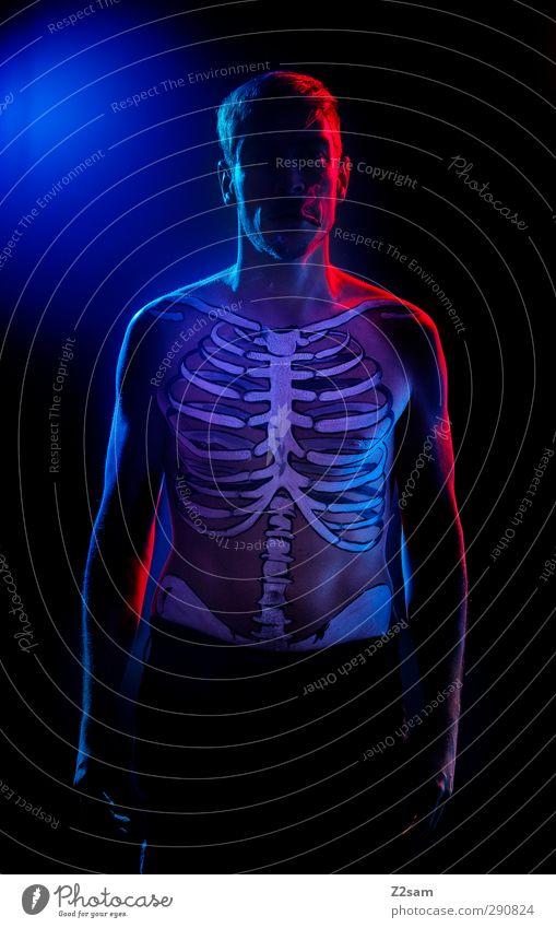 Raucher sterben früher! Gesundheitswesen maskulin Junger Mann Jugendliche 1 Mensch 30-45 Jahre Erwachsene Rauchen stehen sportlich dunkel gruselig kalt nackt