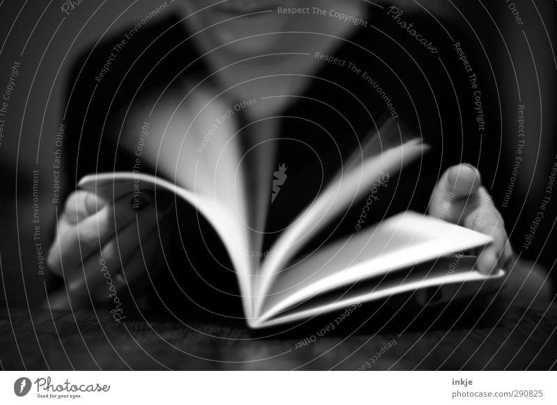 Schnelldurchlauf Mensch Hand Freude Schule Freizeit & Hobby Geschwindigkeit lernen Studium Papier lesen Bildung Suche Neugier Student Erwachsenenbildung